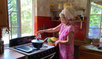 Joan Vedel i køkkenet