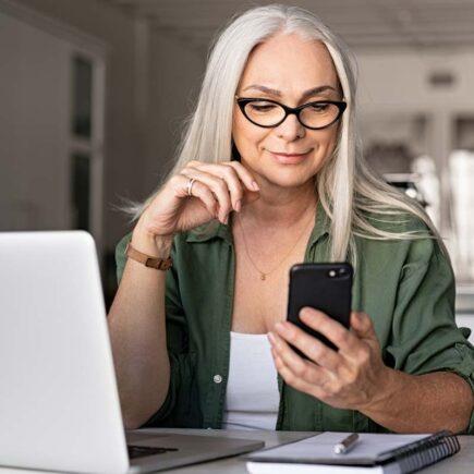 Kvinde med iphone og pc
