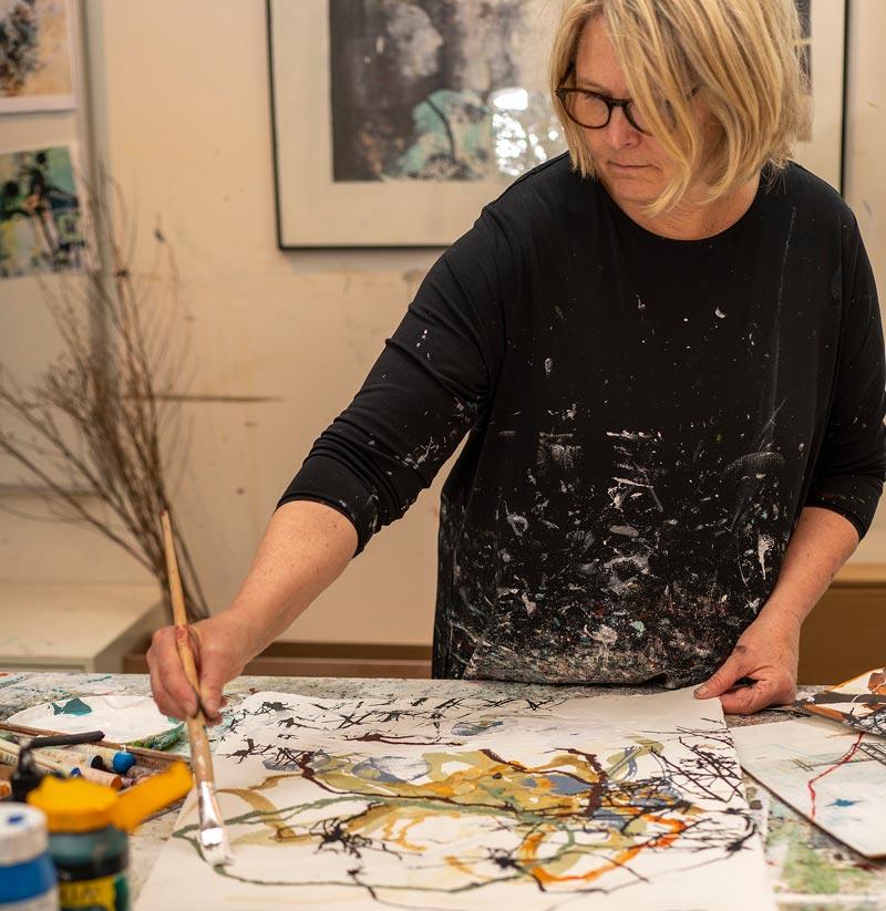 Rie Brødsgaard i hendes atelier