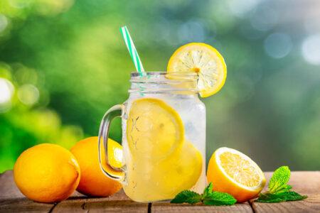 Sommerdrik med hyldeblomst saft