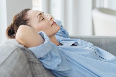 Afslappende kvinde